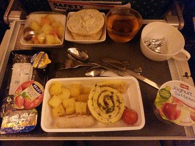 Mahlzeit vor der Landung im Flugzeug