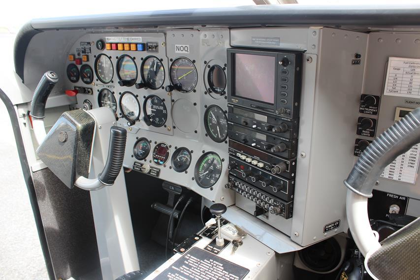 Viele Instrumente im Flugzeug Cockpit