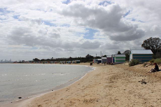 Strand in Australien St.Kilda mit Skyline