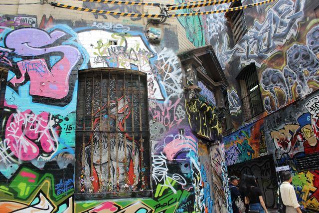 Backpacker Rucksack voll Graffiti Dosen und losgesprüht